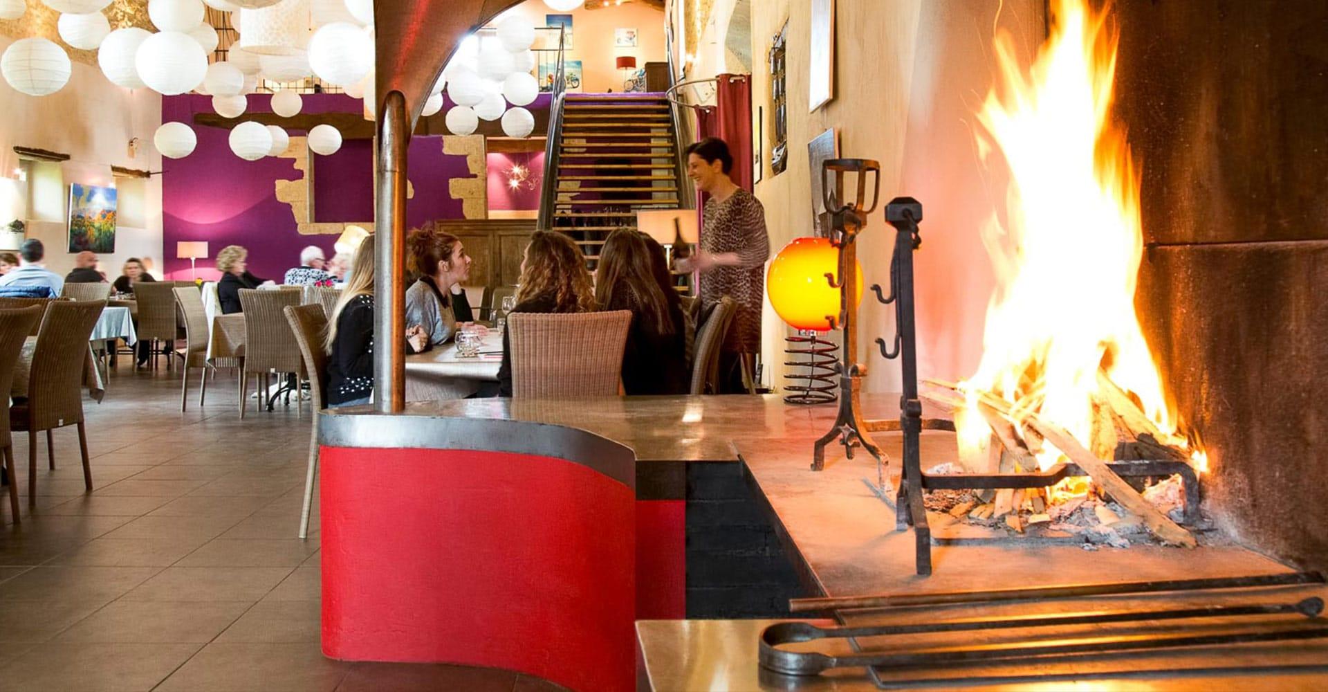 Salle de restaurant avec cheminée Gastronomie dans le Gers