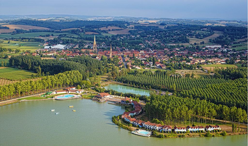 Vue sur Marciac, le lac, la résidence le hameau du Lac Gers