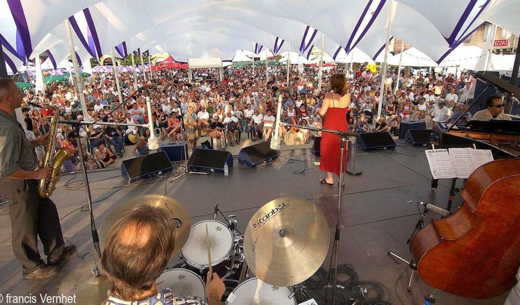 concert de fin d'après-midi sur la place principale -jazz in Marciac