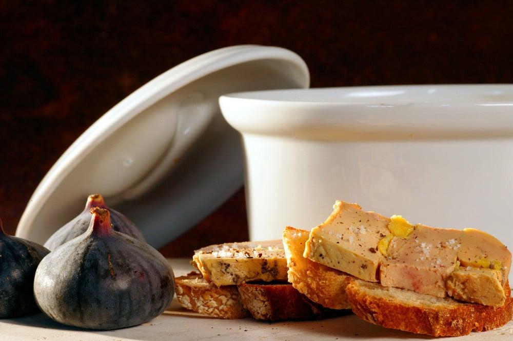 Foie-gras-en-terrine-aux-figues-sur des tartines de pain-Gers