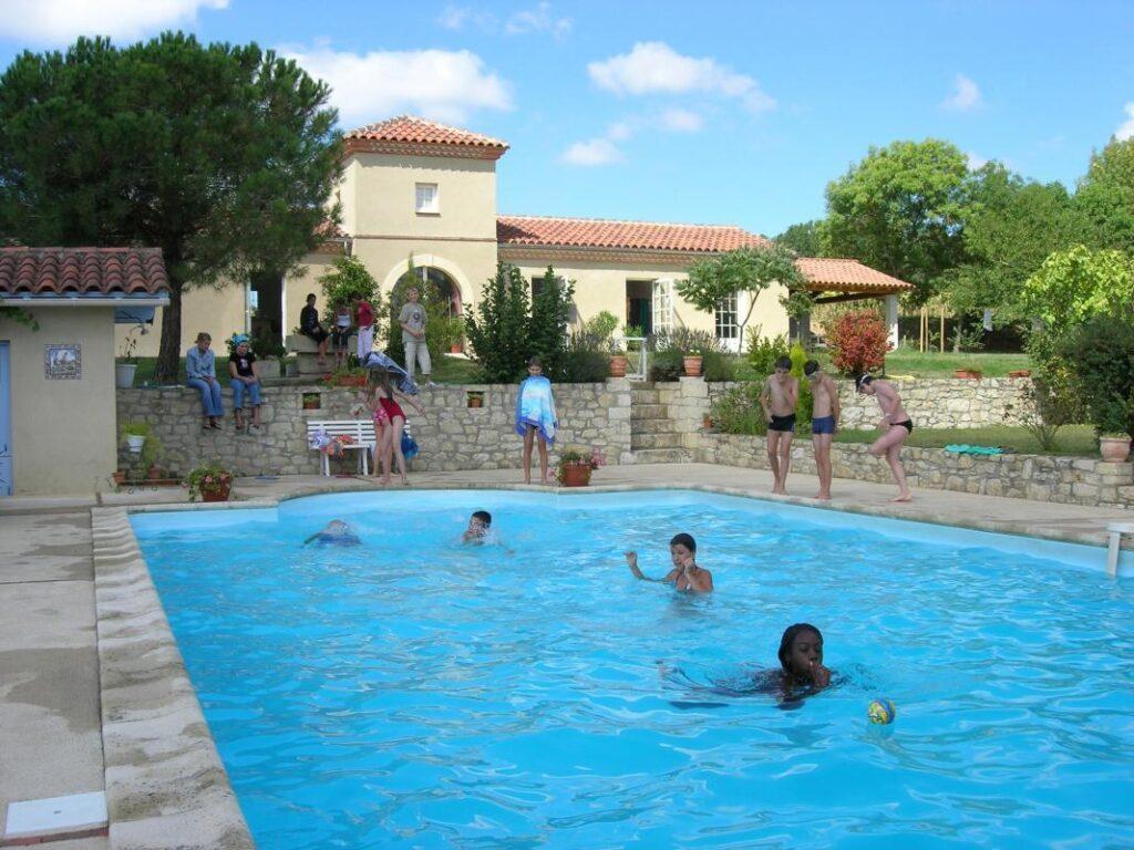 séjour d'anglais en Gascogne- les enfants dans la piscine