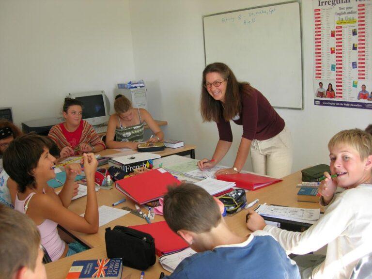 Stage d'anglais pour enfants et adolescents- les enfants dans la classe avec leur professeur