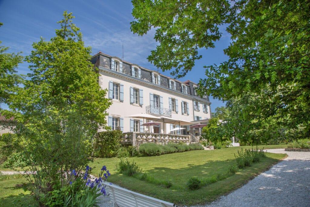Hotel-restaurant Château Bellevue-Cazaubon Gers vue bâtisse jardin fleuri