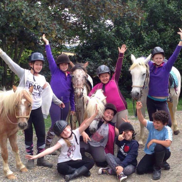 sejour-enfants-equitation-gers-enfants avec les poneyss