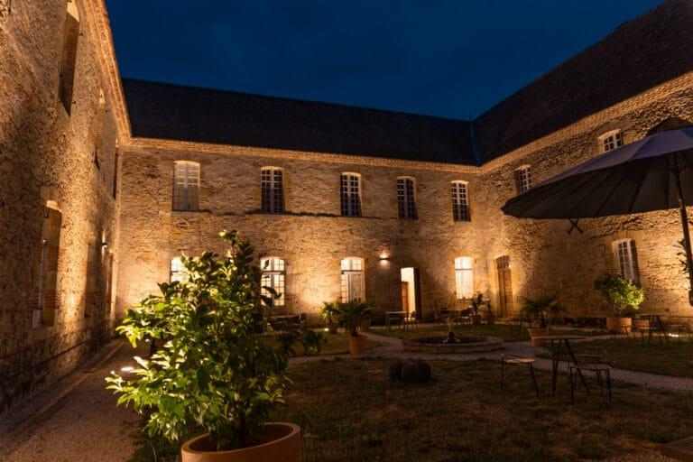 Monastere-st-mont-Gers-patio- éclairé-tables chaises