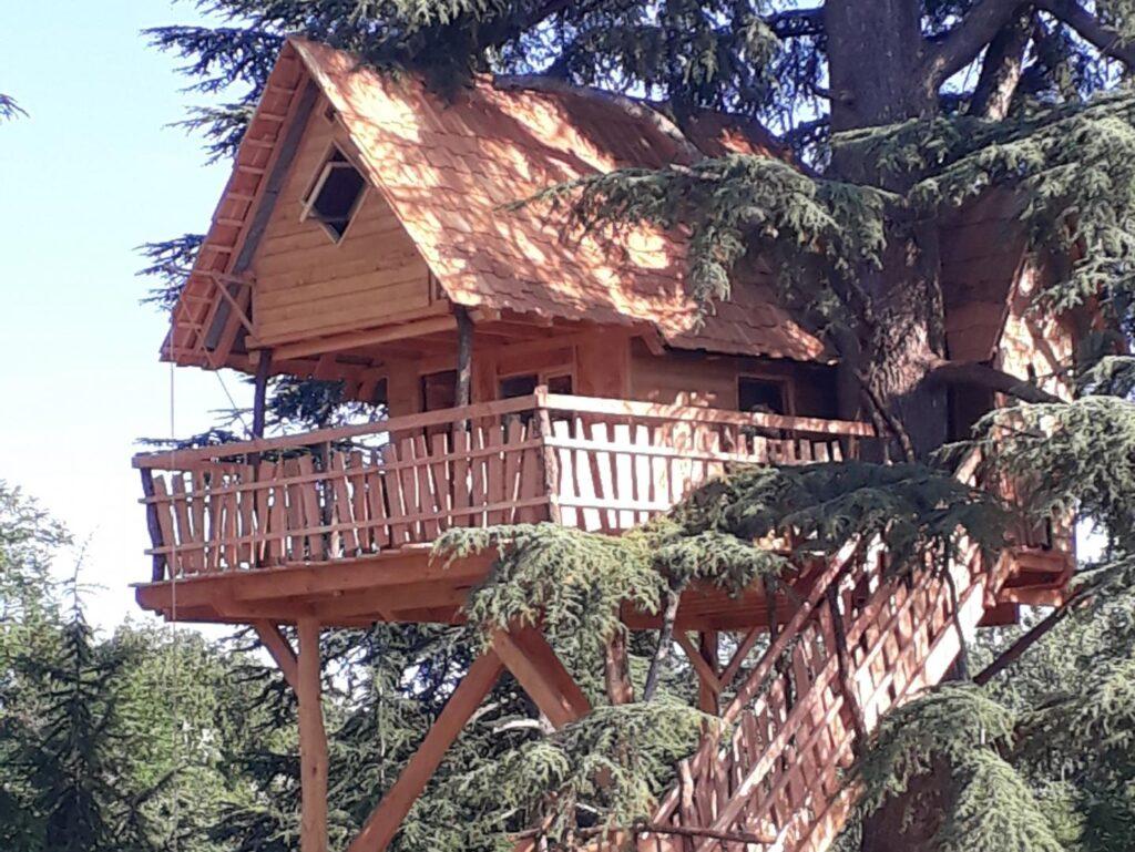Cabane perchee a quleques metres du sol Gers