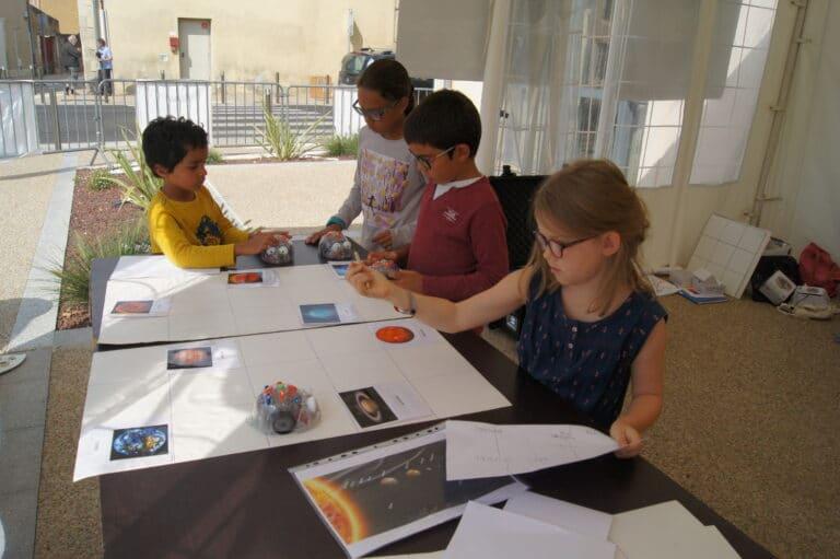 Enfants-dessinent-le-systeme-solaire-gers